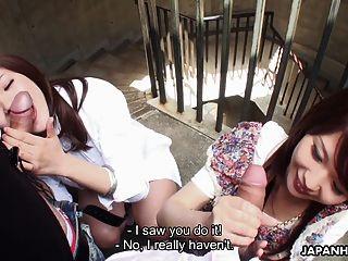दो Slutty एशियाई सीढ़ियों पर दोस्तों चूसने sluts