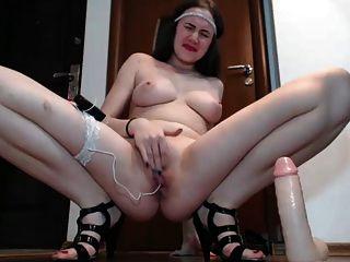 जवान औरत teases और उंगलियों उसे बिल्ली जब तक वह squirts