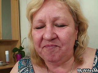 पत्नी कानून में भारी मां अपने मुर्गा की सवारी देखता है