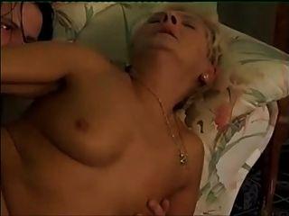 सफेद मोजा में सुनहरे बालों वाली दादी एक युवा लड़के पर कॉल