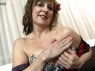अपने पुराने योनि के साथ खेल रहा शरारती परिपक्व महिला
