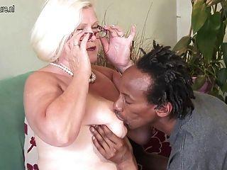 सफेद दादी काले स्कीनी लड़का