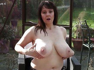 बिग छाती ब्रिटिश गृहिणी उसे हस्तमैथुन
