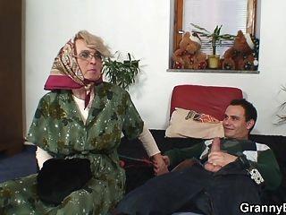 पुराने महिलाओं उसे गंजा बिल्ली पटक दिया जाता है