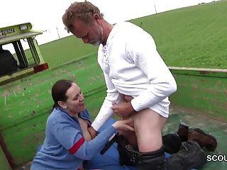जर्मन milf माँ अजनबी से आउटडोर बकवास करने के साथ छेड़खानी
