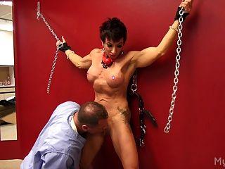 पेशी महिला उसके clit के साथ खेला जाता है