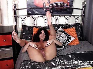 ट्रेसी उसके बिस्तर में स्ट्रिप्स गुलाब और सेक्स के बारे में बात करती है