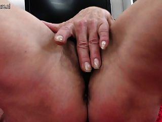 दादी उसे पुराने योनी fucks