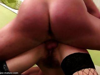 परिपक्व माँ दो लड़कों से उसकी योनी के अंदर सह हो जाता है