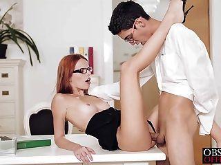 सेक्सी सुज़ाना उसके कार्यालय डेस्क पर तुला है