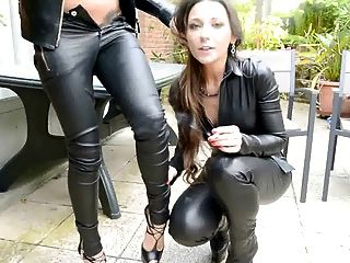 जूली Skyhigh और मित्र सभी चमड़े धूम्रपान चुंबन femdompov में