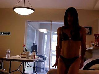 गर्म tranny मॉडल चूसना और पर्दे के पीछे बकवास