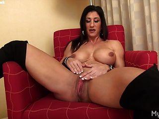 नग्न महिला मांसपेशियों उसके बड़े clit के साथ खेलता है