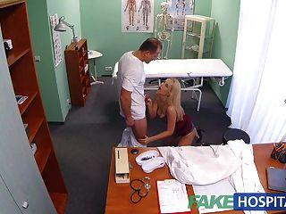 FakeHospital नया नर्स कामुक डॉ से डबल cumshot लेता है