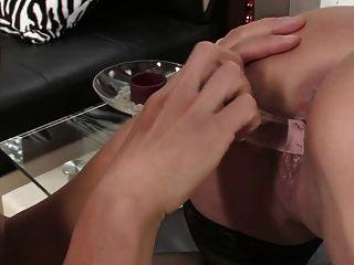 दो गर्म अंतरजातीय समलैंगिकों सेक्स के खिलौने और strapon के साथ खेलते हैं
