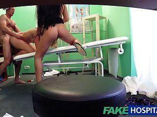 FakeHospital डॉक्टर एक सेक्सी त्रिगुट के लिए तैयार है