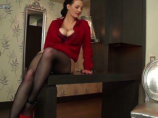 बड़े स्तन के साथ सेक्सी बालों वाली गृहिणी