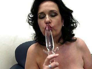 प्यास पुराने योनी के साथ भव्य Busty परिपक्व माँ