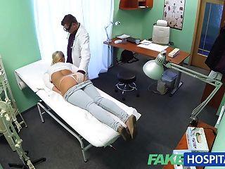 बड़े स्तन के साथ FakeHospital सुनहरे बालों वाली एक नर्स बनना चाहता है