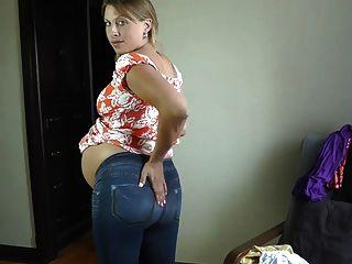 सेक्सी गर्भवती लड़की के कपड़े पर कोशिश कर रहा