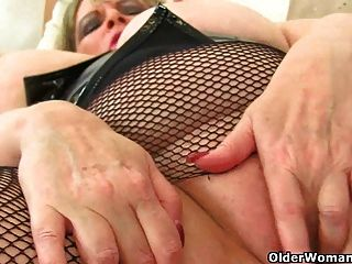ब्रिटिश एमआईएलए अलीशा Rydes fishnet चड्डी में masturbates