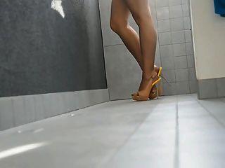 उच्च ऊँची एड़ी के जूते और pantyhose में लंबे पैर