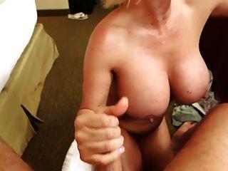 के साथ एक बड़े स्तन परिपक्व titty कमबख्त