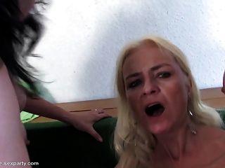 युवा कमीने fucks तीन परिपक्व माताओं