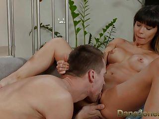 danejones खूबसूरत युवा रूसी बेकार है और उसके प्रेमी fucks
