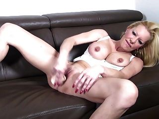 बड़े स्तन और प्यास योनी के साथ गर्म परिपक्व फूहड़ माँ