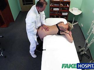 FakeHospital गोरा टैटू बेब उसे डॉक्टर द्वारा गड़बड़ कठिन