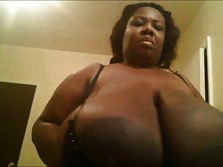 काले BBW उसे भारी स्तन के साथ खेलता है