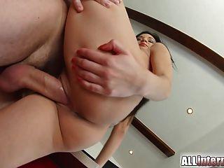 Allinternal सेक्सी बेब भरी उसे बिल्ली के सह बाहर