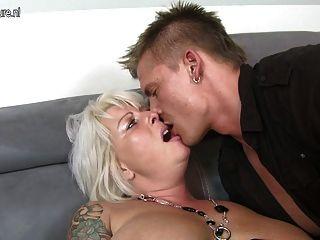 सुंदर पत्नी और माँ युवा लड़के बकवास