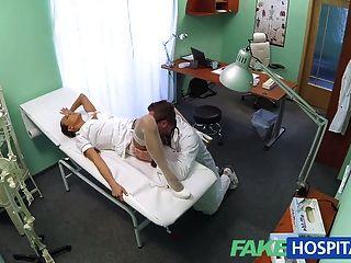 FakeHospital सेक्सी नए नर्स उसके नए मालिक के लिए काम पसंद
