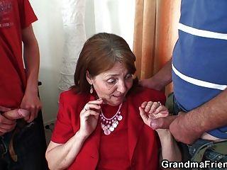 बहुत पुराने दादी दोनों सिरों से लेता है
