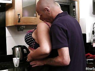 पति रसोई में धोखाधड़ी पकड़ा