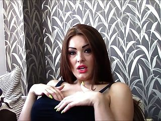 ब्रिटेन देवी Teases और उसे सही स्तन के साथ mocks