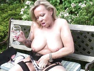 परिपक्व फूहड़ माँ और प्यासे बिल्ली के साथ पत्नी
