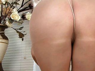 Pantyhose में सेक्सी ब्रिटिश महिला