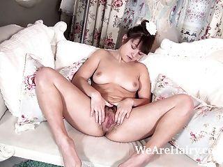 रोजी ऐन खेलने के लिए बैले संगठन से undresses