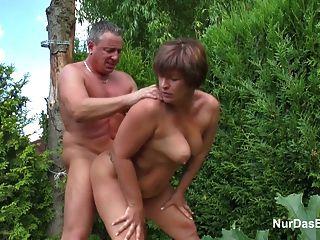 मां बगीचे में उसे बकवास करने के लिए जर्मन युवा लड़के के साथ छेड़खानी