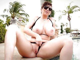 सारा जे से पता चलता है छोटे बिकनी में उसे अद्भुत बड़े स्तन
