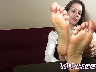 सचिव teases और उसके नंगे पैर और तलवों के साथ आप ताने