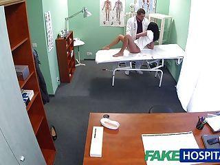 FakeHospital गर्म काले बालों वाली माँ पति को धोखा देती