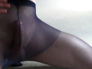 मुश्किल से काले pantyhose के अंदर कोई हाथ सह