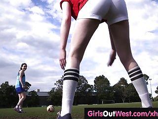बालों समलैंगिक फुटबॉल खिलाड़ी प्रशिक्षण के बाद पाला