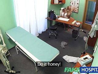 उसकी मालकिन के लिए चिकित्सक से FakeHospital ट्रिपल cumshot