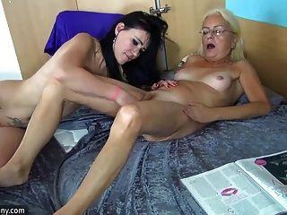 oldnanny जवान लड़की और बहुत परिपक्व एक साथ masturbating