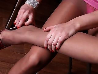 Pantyhose में सेक्सी पैर